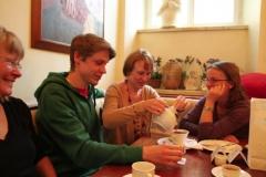 2012-Reger Austausch von jung und alt im Café